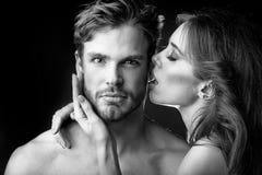 Baciare della donna e dell'uomo Giovani coppie tenere fotografia stock libera da diritti