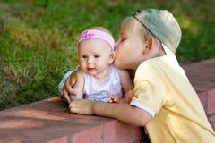 Baciare della sorella del fratello Fotografia Stock