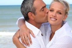 Baciare delle coppie Immagini Stock