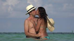 Baciare delle coppie sposato o datare vacanze estive video d archivio