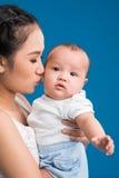 Baciare figlio Fotografia Stock