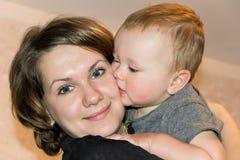 Baciare figlio con la madre Immagine Stock