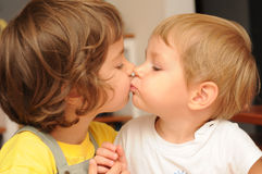 Baciare i fratelli germani Fotografie Stock