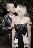 baciare la donna dell'uomo Immagini Stock