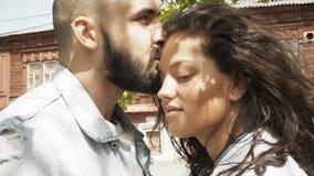 Baciare le coppie nel tempo di primavera archivi video