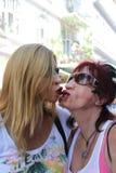 Baciare le donne Immagine Stock