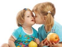 Baciare piccola sorella Fotografie Stock Libere da Diritti