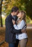 Baciare romantico delle coppie Fotografie Stock
