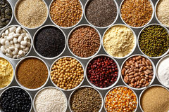 Bacias brancas arranjadas com pulsos crus, grões e sementes em w imagem de stock royalty free