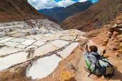 Bacias brancas de sal nos Andes peruanos Imagens de Stock