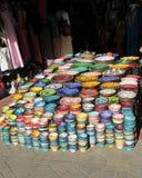 Bacias coloridas árabes no mercado da lembrança Fotografia de Stock Royalty Free