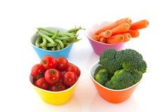 Bacias coloridas com vegetais fotos de stock royalty free