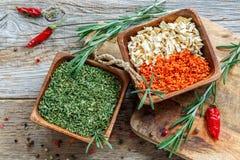 Bacias com cenouras secadas, raiz de aipo e as cebolas verdes Fotografia de Stock Royalty Free