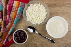 Bacias com requeijão, doce de morango, creme de leite na tabela imagens de stock royalty free