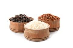 Bacias com tipos diferentes de arroz fotografia de stock royalty free