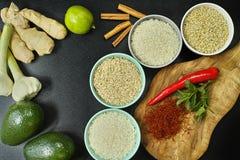 Bacias com tipos diferentes de arroz, de vegetais e de especiarias Fotos de Stock