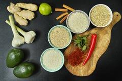Bacias com tipos diferentes de arroz, de vegetais e de especiarias Fotografia de Stock