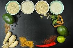 Bacias com tipos diferentes de arroz, de vegetais e de especiarias Fotografia de Stock Royalty Free