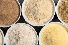 Bacias com tipos diferentes de farinha na tabela imagens de stock royalty free