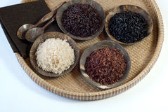 4 bacias de arroz cru Imagens de Stock Royalty Free