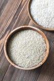 Bacias de camolino cru e do arroz basmati Fotografia de Stock