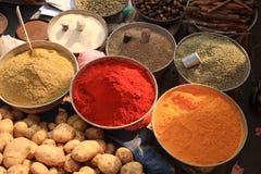 Bacias de cozinhar especiarias no mercado indiano Imagens de Stock