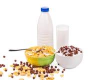 Bacias de flocos de milho com leite imagens de stock royalty free
