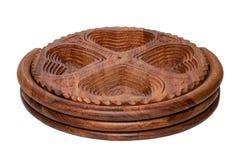 Bacias de madeira Close up da bacia de madeira articulada feito a mão para os frutos, os vegetais e as porcas isolados em um fund foto de stock royalty free