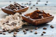 Bacias de madeira com café à terra e feijões de café imagem de stock royalty free