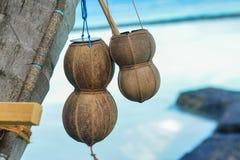 Bacias de madeira pequenas com as cordas feitas dos escudos do coco imagens de stock