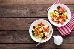 Bacias de salada do legume fresco de tomates, de milho, de pimenta, de azeitonas, de aipo, de cebola verde e de queijo de feta Al Fotografia de Stock Royalty Free