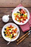 Bacias de salada do legume fresco de tomates, de milho, de pimenta, de azeitonas, de aipo, de cebola verde e de queijo de feta Al Imagem de Stock