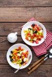 Bacias de salada do legume fresco de tomates, de milho, de pimenta, de azeitonas, de aipo, de cebola verde e de queijo de feta Al Imagens de Stock