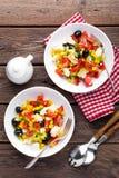 Bacias de salada do legume fresco de tomates, de milho, de pimenta, de azeitonas, de aipo, de cebola verde e de queijo de feta Al Foto de Stock Royalty Free