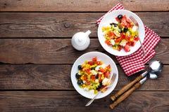 Bacias de salada do legume fresco de tomates, de milho, de pimenta, de azeitonas, de aipo, de cebola verde e de queijo de feta Al Fotos de Stock
