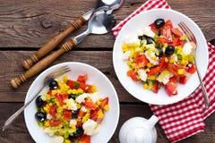 Bacias de salada do legume fresco de tomates, de milho, de pimenta, de azeitonas, de aipo, de cebola verde e de queijo de feta Al Foto de Stock