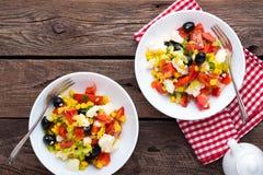 Bacias de salada do legume fresco de tomates, de milho, de pimenta, de azeitonas, de aipo, de cebola verde e de queijo de feta Al Imagem de Stock Royalty Free