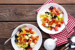 Bacias de salada do legume fresco de tomates, de milho, de pimenta, de azeitonas, de aipo, de cebola verde e de queijo de feta Al Fotos de Stock Royalty Free