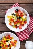 Bacias de salada do legume fresco de tomates, de milho, de pimenta, de azeitonas, de aipo, de cebola verde e de queijo de feta Al Imagens de Stock Royalty Free