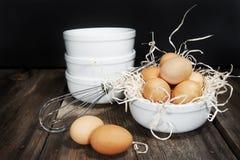 Bacias do branco dos ovos de Brown fotos de stock royalty free