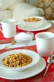 Bacias do pequeno almoço de cereal em uma tabela bonita na manhã Imagens de Stock Royalty Free