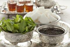 Bacias marroquinas tradicionais com açúcar, hortelã e chá fotografia de stock