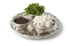 Bacias marroquinas tradicionais com açúcar, hortelã e chá fotografia de stock royalty free