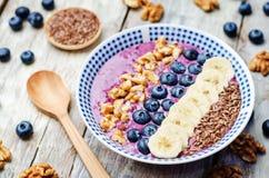 Bacias saudáveis do café da manhã dos batidos dos mirtilos Fotografia de Stock