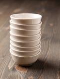 Bacias vazias empilhadas cerâmicas brancas Imagem de Stock Royalty Free