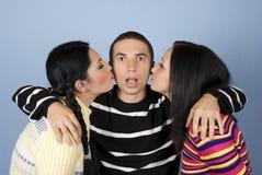 Baciato da due donne Immagini Stock