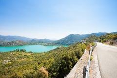 Bacina Seen, Dalmatien, Kroatien - Landstraße neben den schönen Bacina Seen stockfoto