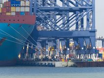 Bacini del porto di Felixstowe e gru pesanti fotografia stock