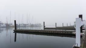 Bacini nebbiosi di mattina e molo di canottaggio Fotografia Stock Libera da Diritti
