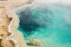 Bacino ad ovest Aqua Blue, parco nazionale di Yellostone, Wyo del geyser del pollice Fotografia Stock